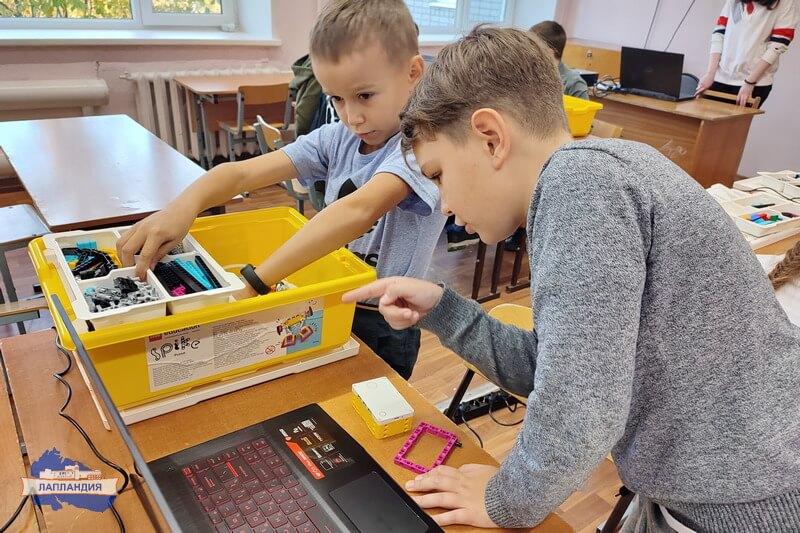 """Мобильный технопарк """"Кванториум-51"""" продолжает обучение ребят из разных уголков региона"""